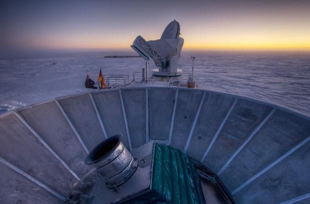 Nesta foto de 2007 o sol se põe por trás do telescópio BICEP2 na Antártida (Foto: Steffen Richter/AP)