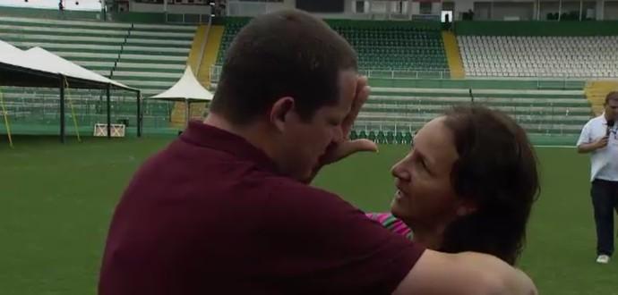 Guido Nunes chora abraçado à mãe de Danilo, Dona Alaíde (Foto: Reprodução SporTV)