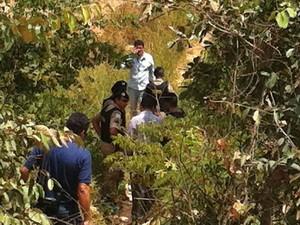 Corpo foi encontrado no meio de mato no Vilage do Lago 2 (Foto: Michelly Oda / G1)