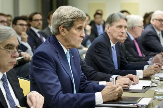 O secretário de Estado dos EUA, John Kerry, e outras autoridades internacionais são vistas nesta terça-feira (31) na Suíça durante as negociações nucleares do Irã (Foto: Brendan Smialowski/Reuters)
