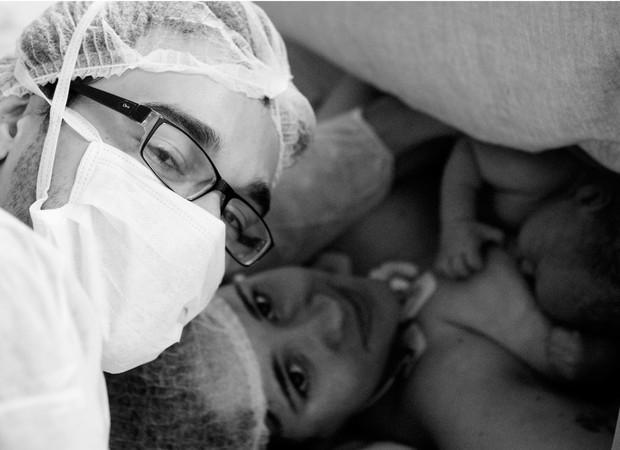 Francisco, logo após o nascimento, nos braços da mãe e ao lado do pai (Foto: Arquivo pessoal/ Marina Mamede)