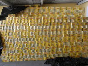 Dois são presos com 45 mil latas de cerveja roubadas em São José (Foto: Divulgação/ PM)