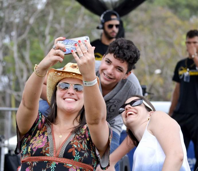 Wagner Barreto é tietado por fãs após show em Festa do Peão (Foto: William Souza)