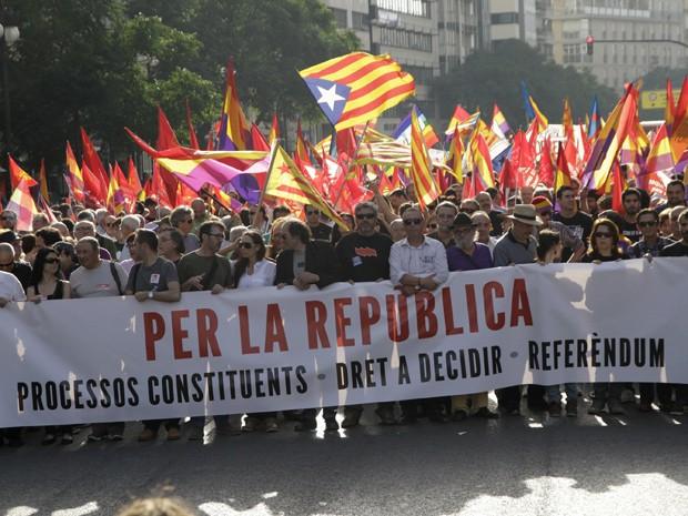 Protesto contra a monarquia neste sábado (7) em Madri, na Espanha (Foto: Reuters/Heino Kalis)