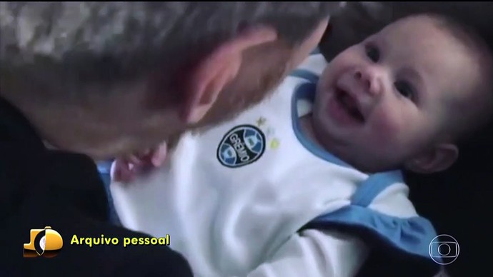 Michel Teló baba pela pequena Melinda (Foto: TV Globo)