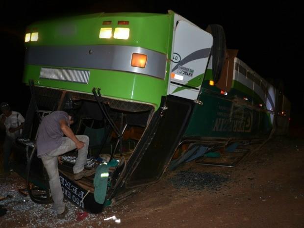 Ônibus com trabalhadores ficou com as rodas para cima (Foto: Jhonny Cabral/ Ivi Notícias)