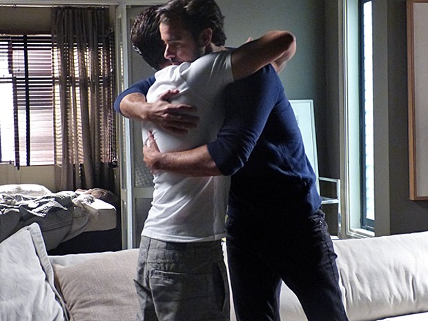 Enrico e Leonardo se abraçam (Foto: Janaina Ornellas/ Gshow)