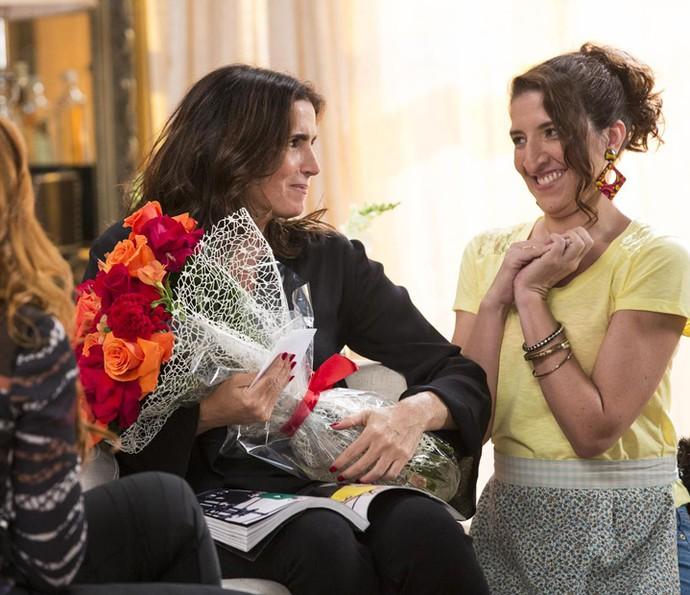 Rebeca fica surpresa ao ganhar buquê de flores (Foto: Elle Soares/Gshow)