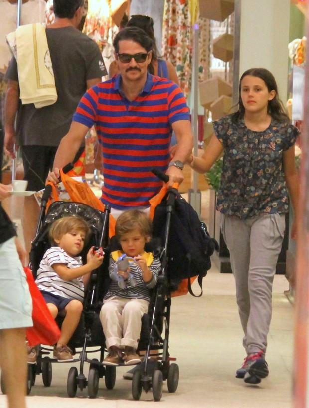 Marcelo Serrado e filhos (Foto: Agnews)