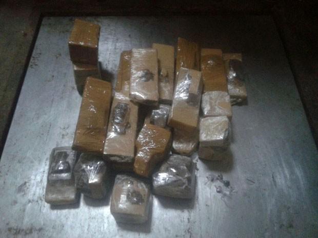 Droga estava enterrada no quintal de uma casa na Redinha (Foto: Divulgação/Polícia Militar do RN)