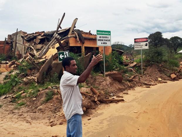 Francisco de Paula Felipe, ex-morador de Bento Rodrigues, visita local d a tragédia um ano após rompimento de barragem da Samarco (Foto: Cida Alves/G1)