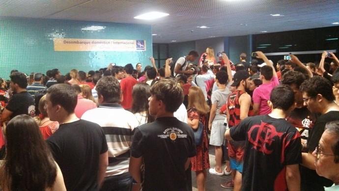 Torcida do Flamengo desembarque Manaus (Foto: Cahê Mota)