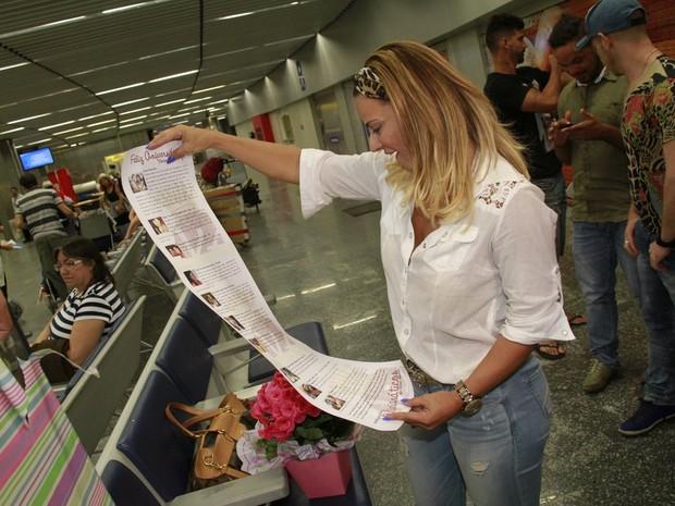 Viviane Araújo no aeroporto Tom Jobim, na Zona Norte do Rio (Foto: Isac Luz/ EGO)