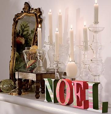 Natal é uma época de exageros. Se você gosta de velas, espalhe-as por toda a casa. Aqui, estão no aparador em castiçais de diversos tamanhos e junto com outros elementos natalinos (Foto: Arquivo/Casa e Jardim)