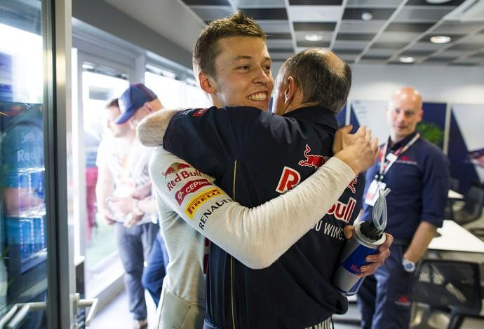 Após conquistar 5º lugar do grid, Daniil Kvyat recebe os cumprimentos do chefe da STR, Franz Tost (Foto: Getty Images)