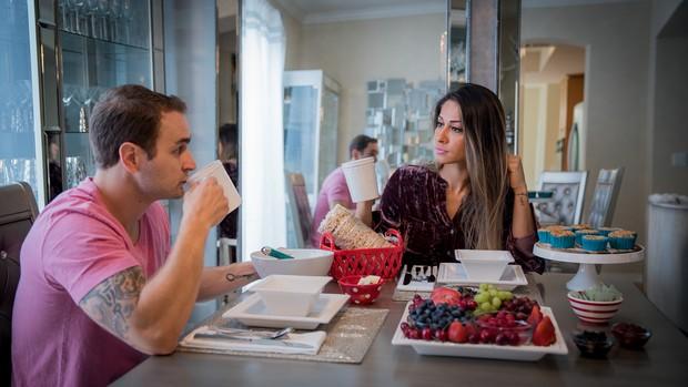 Mayra Cardi e Greto Guariz na sala de jantar da casa (Foto: Luan Assis/Divulgação)