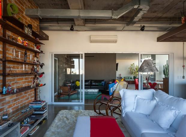 Da sala para a varanda: o mesmo conforto do interior é sentido na espaçosa área externa, com 70 m² (Foto: Divulgação)