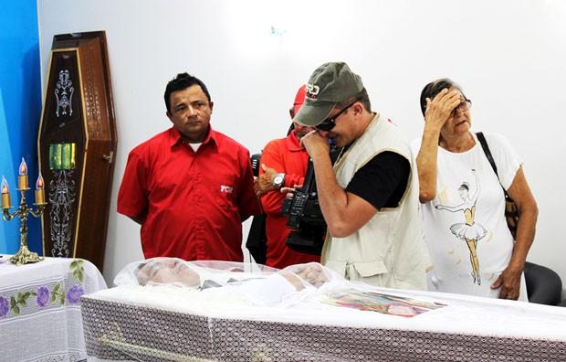 Amigos, colegas de trabalho e familiares foram ao velório de José Lacerda na manhã desta segunda  (Foto: Guilherme Ricarte/Gazeta do Oeste)