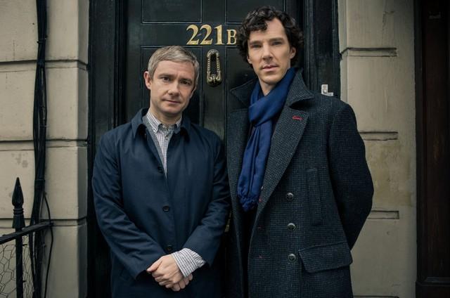Freeman e Cumberbatch no set de 'Sherlock' (Foto: divulgação)