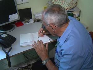 João Bandeira tem 70 anos e trabalha como porteiro em Rio Claro (Foto: Reprodução/ EPTV)