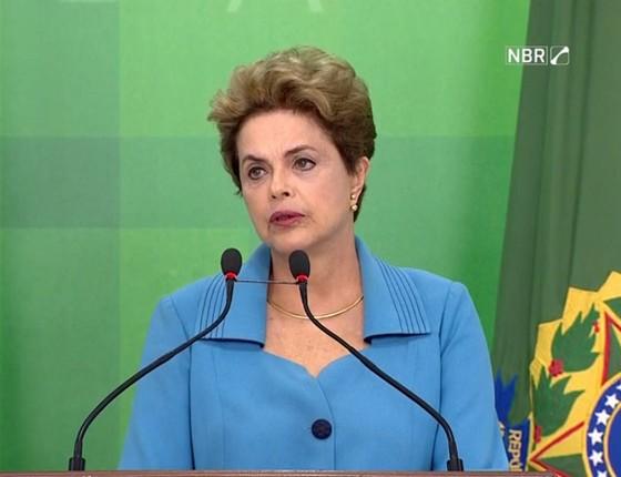 A presidente Dilma Rousseff faz pronunciamento para comentar a abertura do processo de impeachment aprovada pela Câmara dos Deputados (Foto: Reprodução/G1)