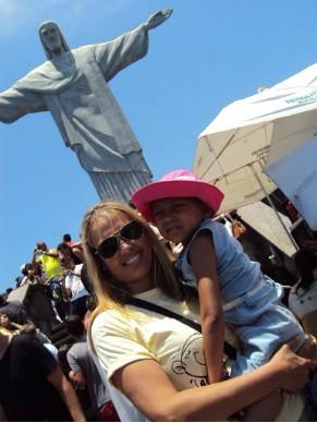 Voluntária na realização do sonho de uma menor beneficiada pela ONG Sonhar Acordado (Foto: Divulgação)
