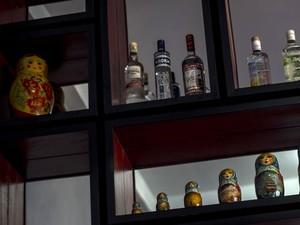 Bar tem vodka e bonecas russas como decoração (Foto: Ramon Espinosa/AP)