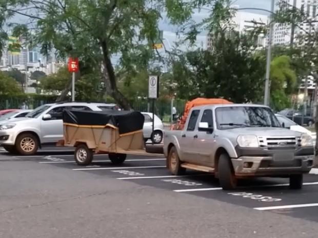 Veículo ocopou vagas reservadas em shopping da capital (Foto: Reprodução/TV Anhanguera)