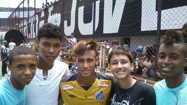 Felipe, com alguns colegas da base, tietando Neymar (Foto: Arquivo Pessoal)