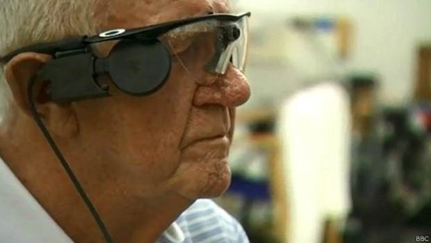 Com ajuda de implante, Ray Flynn volta a poder distinguir contornos das coisas e das pessoas  (Foto: BBC)
