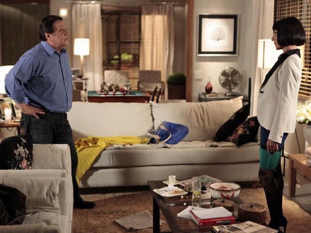 Dimas inventa uma mentira para tentar enganar Melissa (Foto: Amor Eterno Amor/TV Globo)