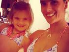 Alessandra Ambrósio e a filha, Anja, posam com biquínis iguais