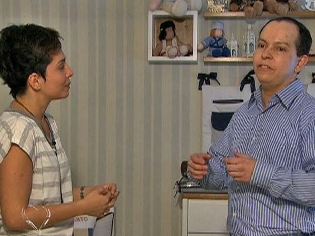Roberto conversa com Nádia Bochi e mostra os acessórios que tem em quarto infantil (Foto: Mais Você / TV Globo)