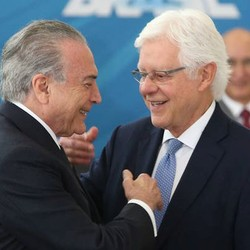 O presidente Michel Temer e o titular da Secretaria-Geral Moreira Franco na posse de ministros  (Foto: André Dusek / Estadão)