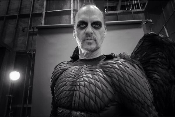 O ator Michael Keaton nos bastidores de 'Birdman' (Foto: Instagram)