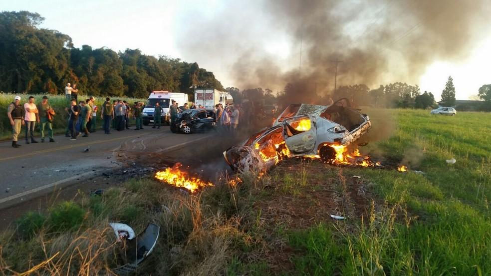 Um dos carros chegou a pegar fogo após a colisão (Foto: CRBM/Divulgação)