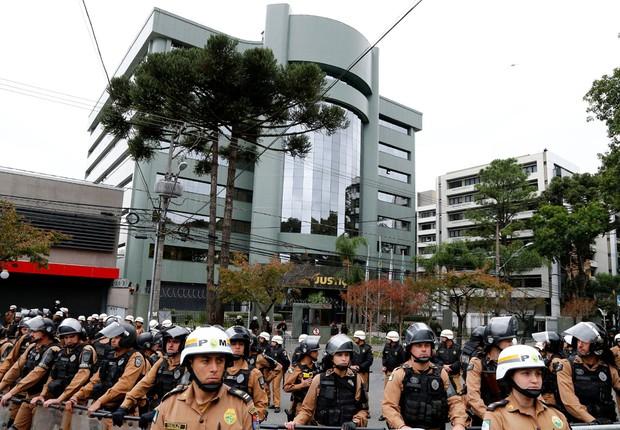 Policiais militares formam cordão de segurança diante do prédio da Justiça Federal em Curitiba no dia do depoimento do ex-presidente Luiz Inácio Lula da Silva (Foto: Rodolfo Buhrer/Reuters)