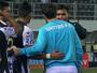 Elano é tietado por jogadores do Santos-AP e dá camisa ao capitão