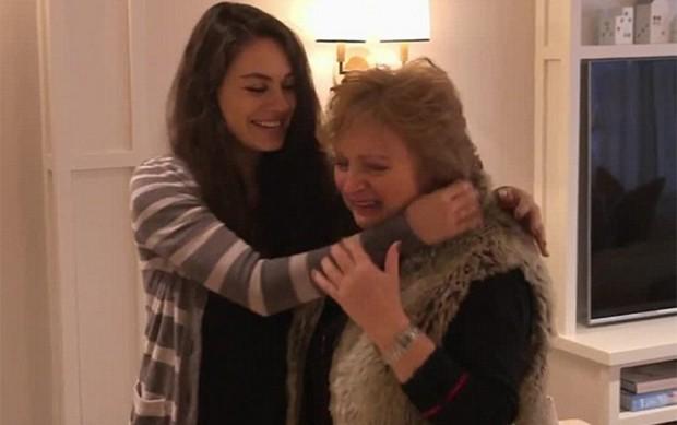 Mila Kunis e a mãe, Elvira (Foto: Reprodução)