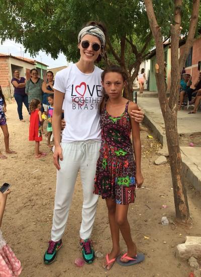 Flavia participa da entrega de mantimentos para crianças de Piancó, na Paraíba (Foto: Divulgação)