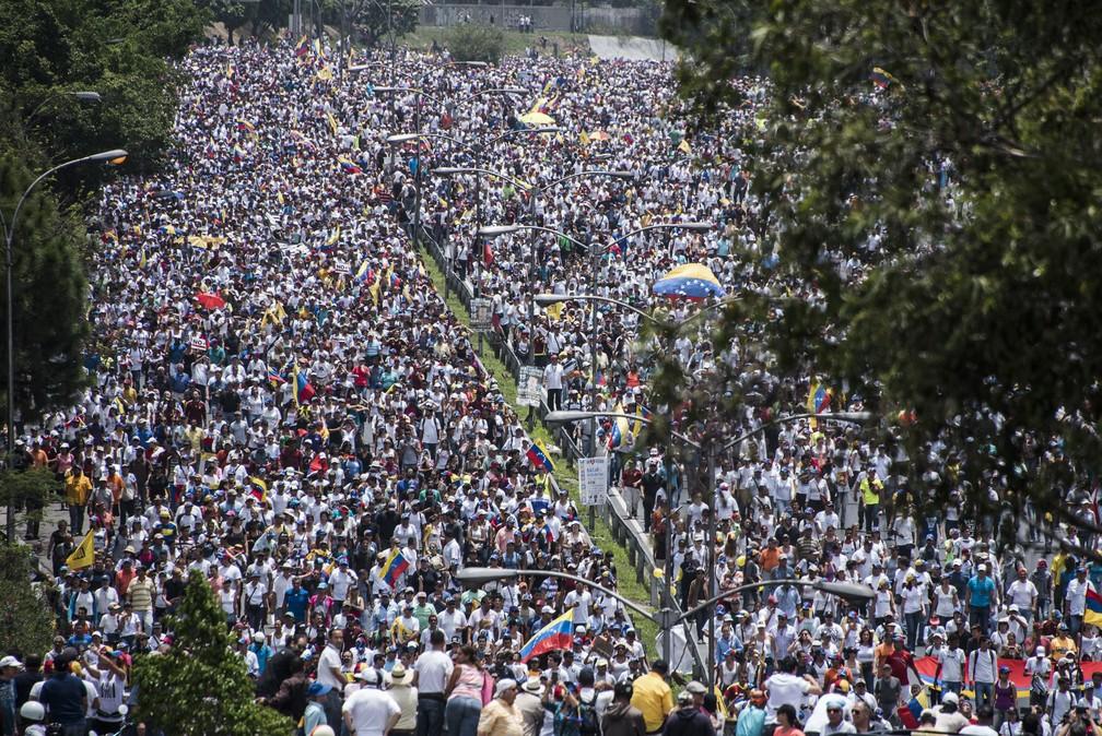 Manifestantes lotam ruas em Caracas em manifestação contra o governo Maduro nesta quarta-feira (19) (Foto: Carlos Becerra/AFP)