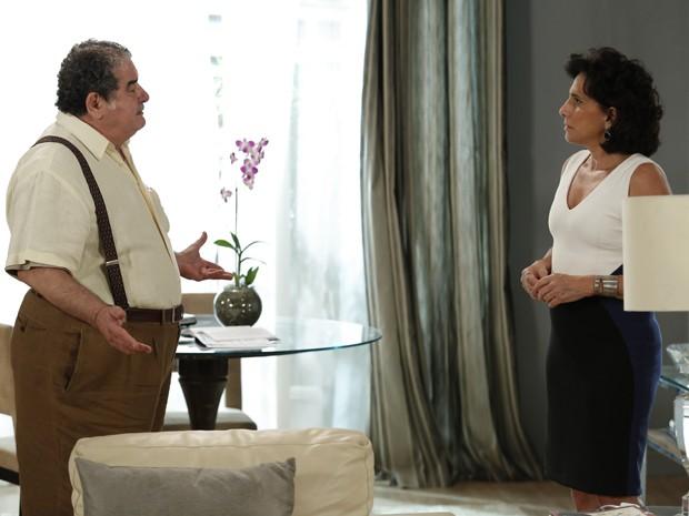 Vicente procura Adriana para tirar satisfação (Foto: Fábio Rocha/Gshow)