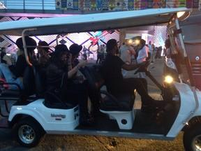 Bruna Marquezine com amigos no Lollapalooza (Foto: EGO)