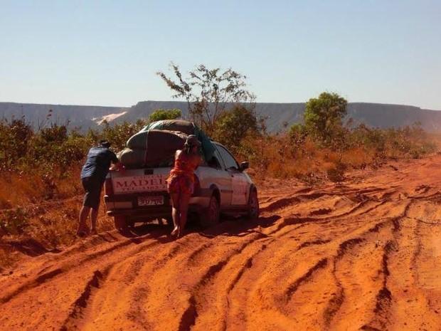 Por causa da falta de acessibilidade, carros quebram e motoristas têm prejuízos  (Foto: Lázara Mara/VC no G1)
