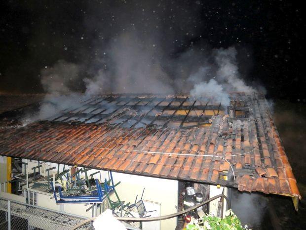 Parte do telhado ficou destruída (Foto: Divulgação / Visão Notícias)