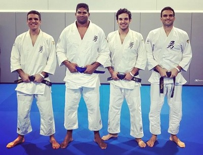 Overeem recebe faixa azul de jiu-jítsu (Foto: reprodução/Instagram)