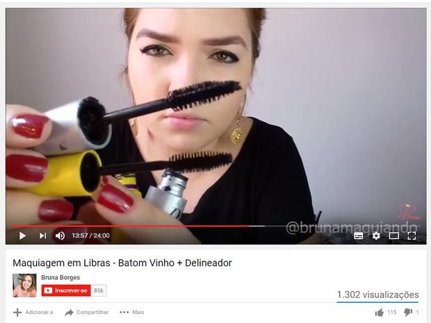Jovem de 22 anos usa libras para ensinar maquiagem para pessoas surdas (Foto: Reprodução/YouTube)