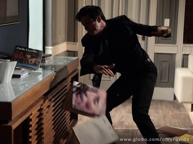 Na pior, ela extravasa no escritório (Foto: Pedro Curi/TV Globo)