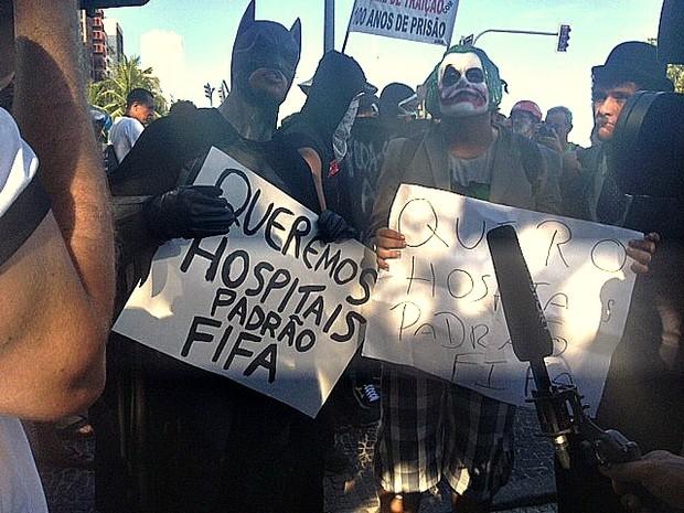 Batman e Coringa protestam (Foto: Alba Valéria Mendonça/G1)