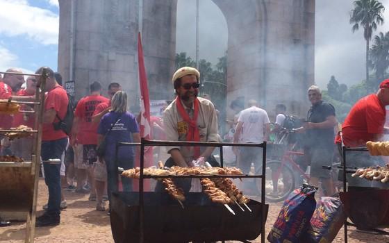 """Movimento pró-Lula no Rio Grande do Sul, conhecido como """"coxinhaço"""" (Foto: Paula Soprana/ÉPOCA)"""